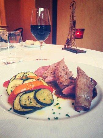 RIVE GAUCHE : La suite ... Carré d'agneau et des légumes à la provençale accompagné d'un verre de haut médoc .