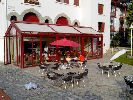 Hotel & Residence Orhoitza: Véranda du restaurant + terrasse