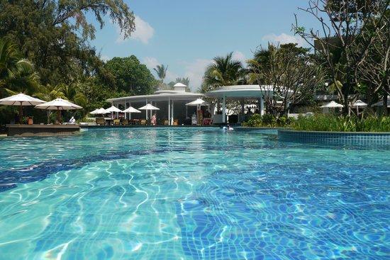 Holiday Inn Phuket Mai Khao Beach Resort: ]бассейн