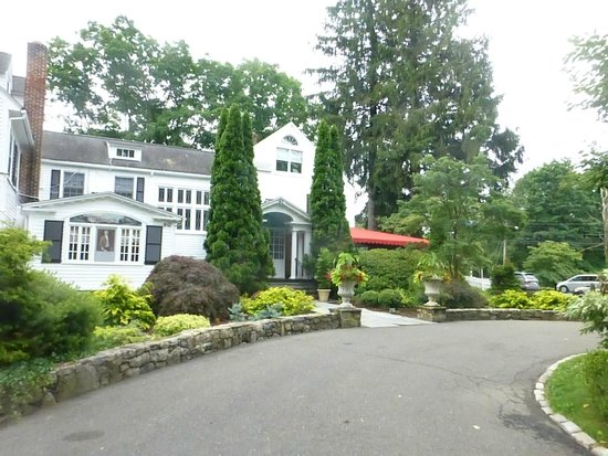 Roger Sherman Inn: Attractive buildings