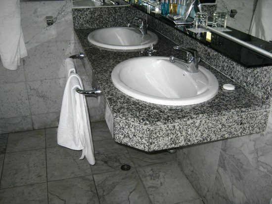 Cleopatra Palace Hotel: lavabo suite