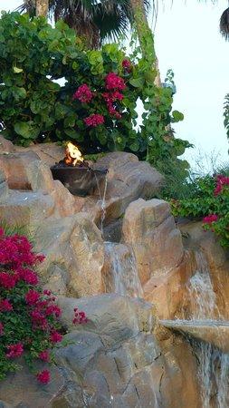 Isla Grand Beach Resort : Volcano at the pool