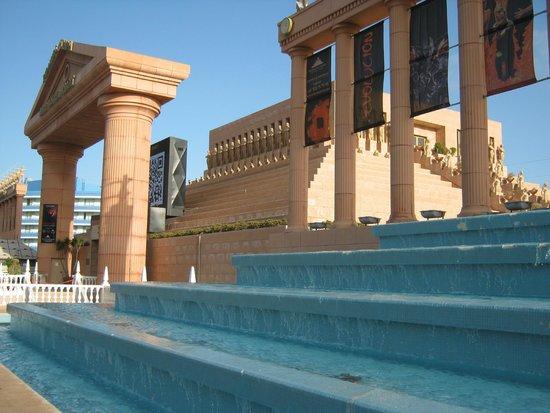 Cleopatra Palace Hotel: piramide di arona