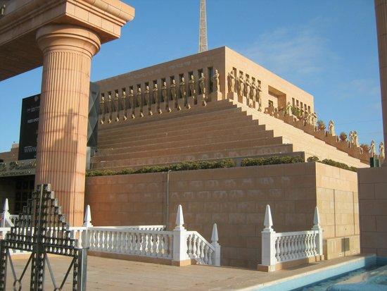 Cleopatra Palace Hotel : piramide di arona