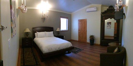 Hotel James: Queen-$110-$120