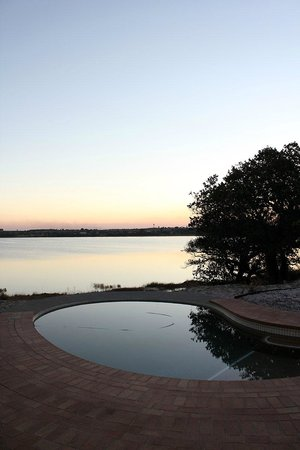 Kosi Forest Lodge: swimming pool overlooking small lake