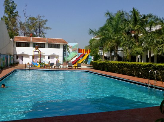 Charans Club and Resorts: Piscine
