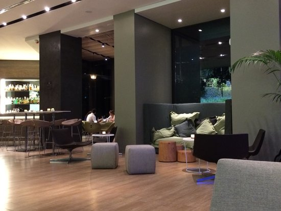 Starhotels E.c.ho.: Seating and bar area