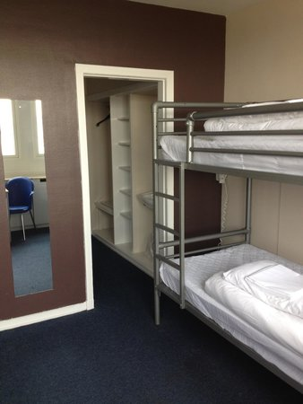 Euro Hostel Glasgow : A 4 person room with 2 sets of bunks,ensuite,loads of luggage space.