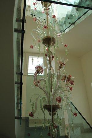 Melia Villa Capri Hotel & Spa: Beautiful Stairwell Chandellier