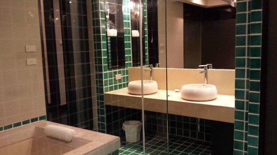 Montra Hotel: bathroon