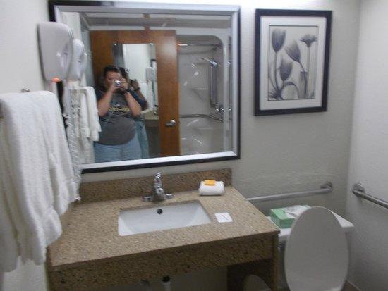 La Quinta Inn Richmond : Nice bathroom