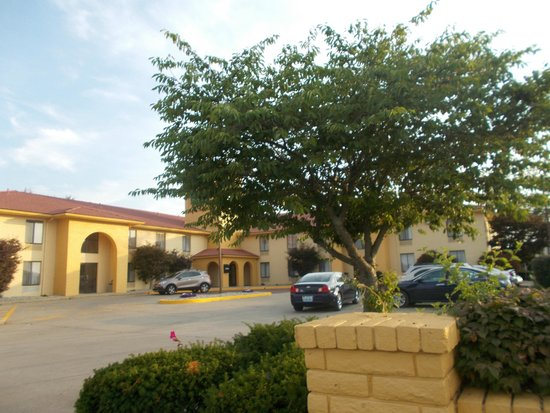 La Quinta Inn Richmond : Entrance and main building