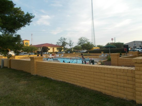 La Quinta Inn Richmond: Nice little pool, didn't have time to use it