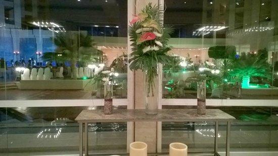 Hurghada Marriott Beach Resort : Uno sguardo dalla hall alla zona ristorante