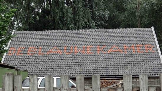 Panorama Restaurant De Blaauwe Kamer: the sign on the roof
