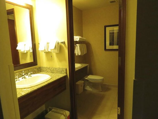 Olympic Lodge: Bathroom with 2 sinks