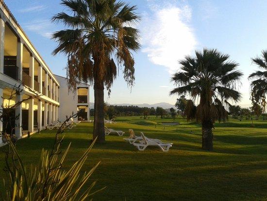 Parador de Malaga Golf : edificio del hotel y terrazas de las habitaciones