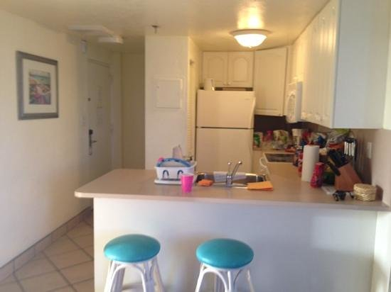 Golden Strand Ocean Villa Resort: kitchen