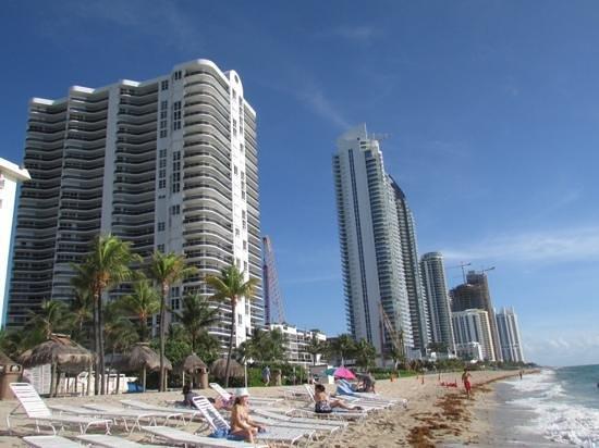 Golden Strand Ocean Villa Resort: towers adjacent