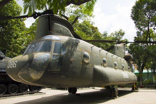 War Remnants Museum: военный вертолет (стоит справа от входа)