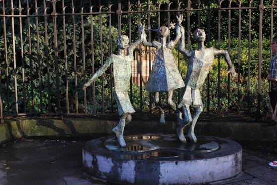 Jurys Inn Dublin Christchurch: sculpture at entrance to adjacent park