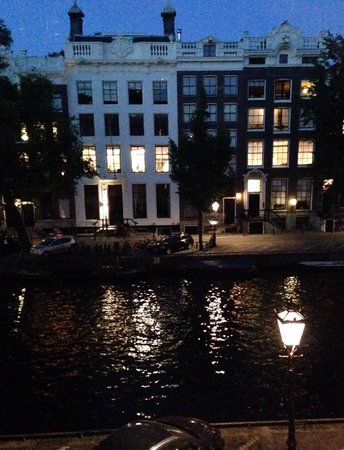 Hotel Pulitzer Amsterdam: Canal view at night from room 280