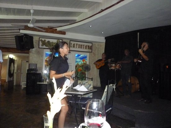 La Fontana Havana : One of the waitresses with the band
