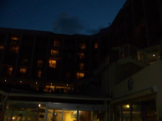 Holiday Inn Resort Wrightsville Beach: Looking upward at the hotel from the pool area at night