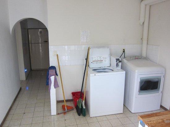 Art Deco Suites: Laundry area