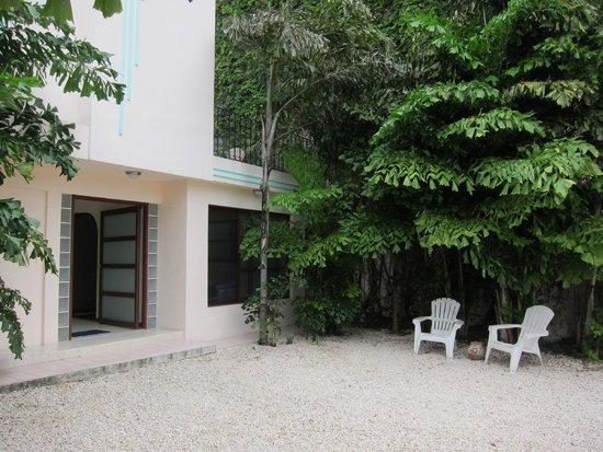 Art Deco Suites: front area