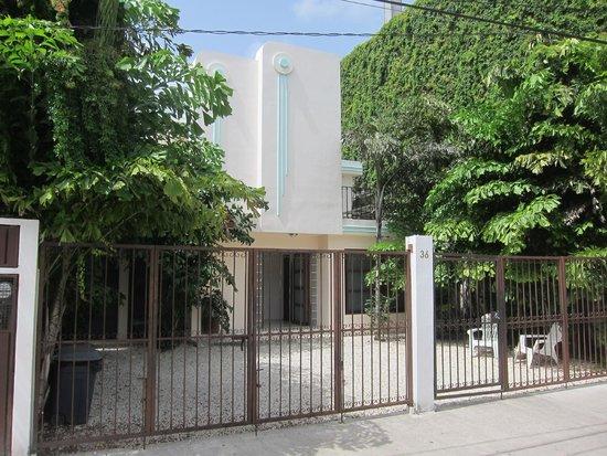 Art Deco Suites: Front gate