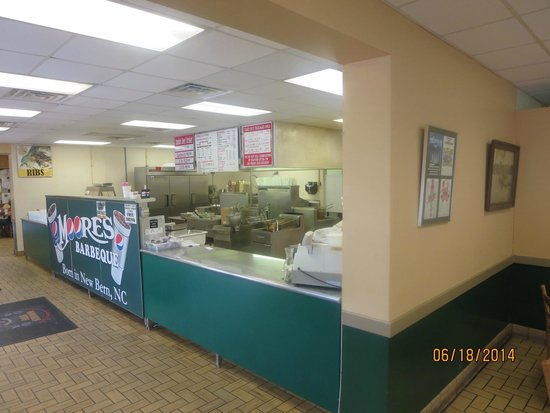 Moore's Olde Tyme Barbeque: Counter with kitchen beyond