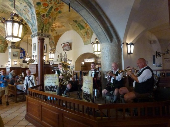Sofitel Munich Bayerpost: Avec un orchestre bavarois pour le folklore