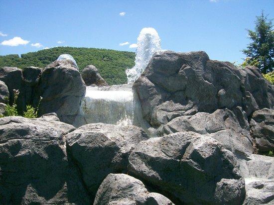 DelGrosso's Amusement Park : Mini golf water feature