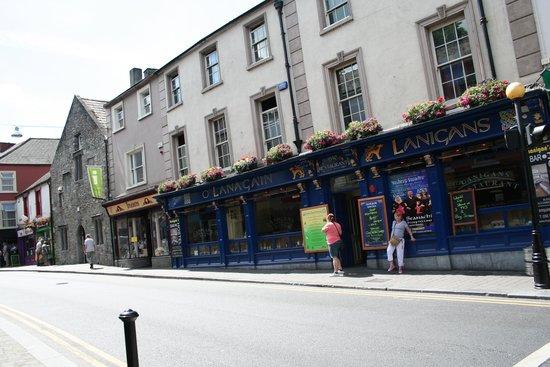 Lanigan's Bar & Restaurant: Lanigan's view from street