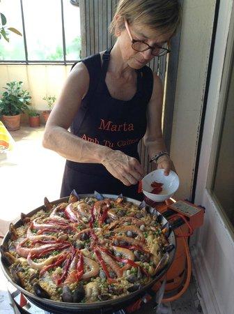 Clases privadas de paella con Marta: Marta with the finishing touches