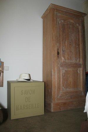 Hotel Alize Marseille - Vieux Port: Провансальская тематика в номере - шкафчик и тумбочка в виде куска мыла. Шляпку купили на  Фриул