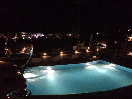 Aeolos Mykonos Hotel : Vista noturna do quarto