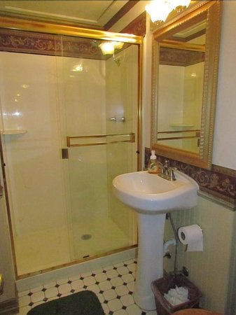 Frisco Lodge: Shared bathroom - heavy glass door had to be lifted up and over