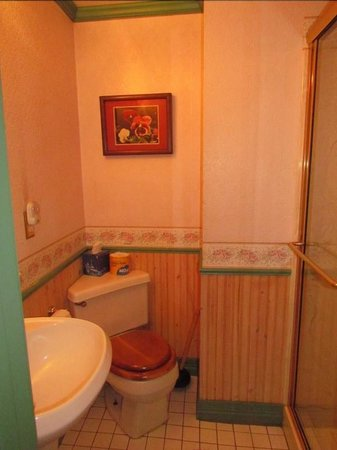 Frisco Lodge: Other shared bathroom - no hand soap