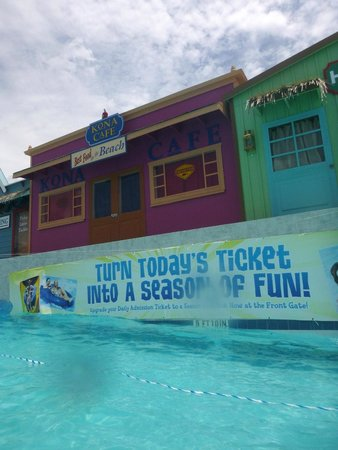 Hawaiian Falls Water Park and Adventure Park: Wave pool