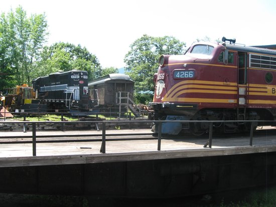 Conway Scenic Railroad : F-unit and GP at turntable