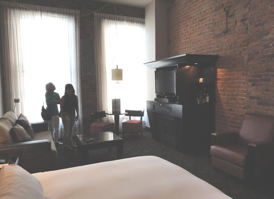 Le Place d'Armes Hotel & Suites: Enjoying the room