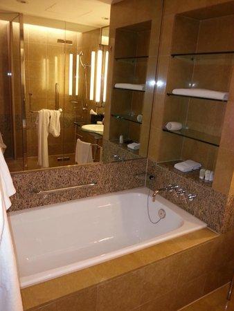 Hyatt Regency Hong Kong Sha Tin: Bathroom