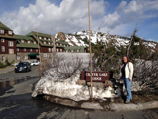 Crater Lake Lodge: Entrance to the Lodge
