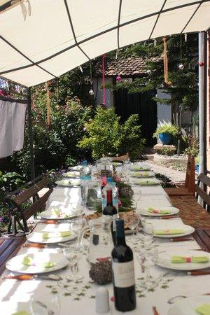 Villa Iarivo : Tous les repas dans le jardin bien entretenu verdoyant.