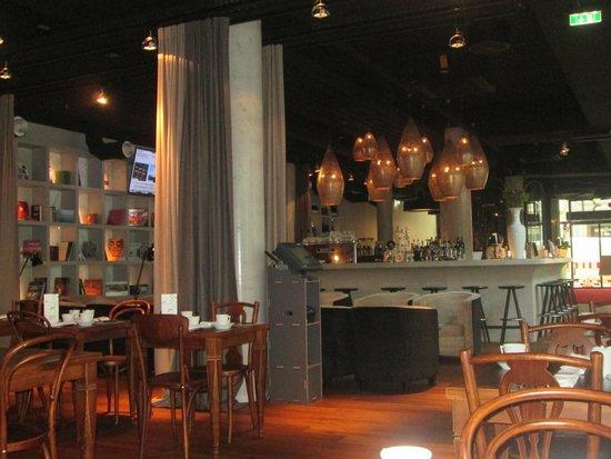 i31 Hotel: El hall hace a su vez de recepción bar y  zona de desayuno