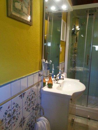 B&B Il Grottino di Assergi : Il carinissimo bagno con box doccia super accessoriato che comprende idromassaggio