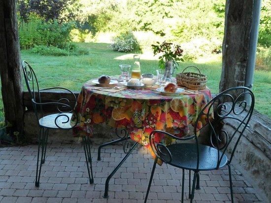 La Couade : petit déjeuner sur la terrasse